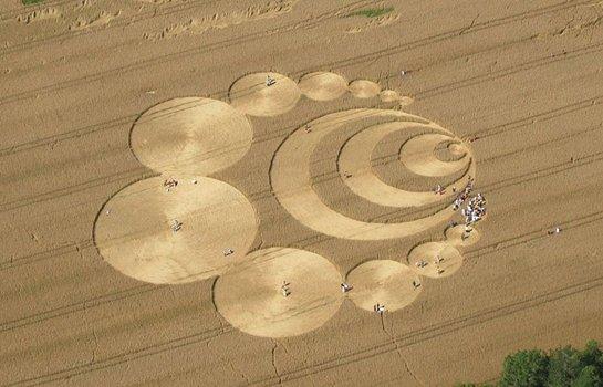 Kreis und Figuren in Kornfeld