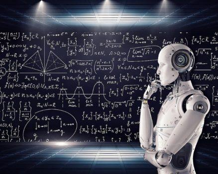 humanoider Roboter vor Formeln
