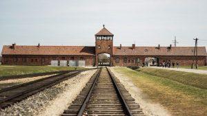 Schienen zum Gebäude von Auschwitz
