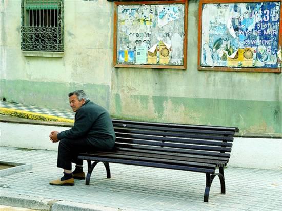 alter Mann auf Bank