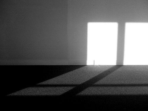 leerer Raum mir Schatten von Fensterkreuz