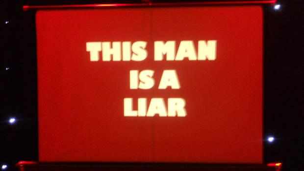 rote Leinwand This Man is a Liar