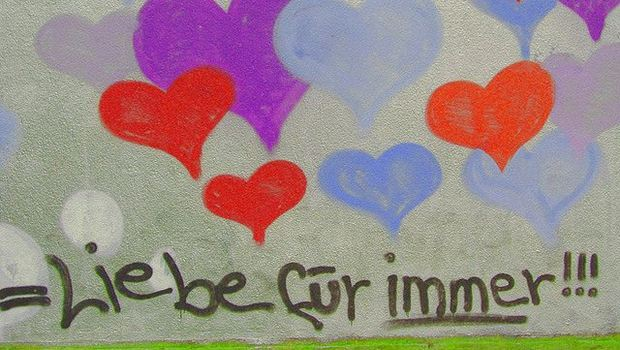 Bunte Herzen auf Mauer gesprüht