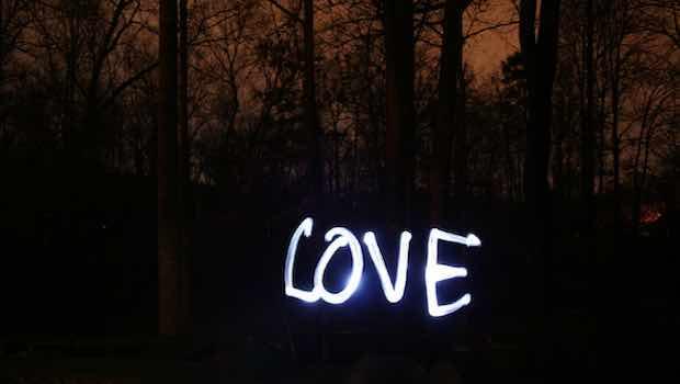 Love weiße Schrift Stift auf Foto mit Wald dunkel