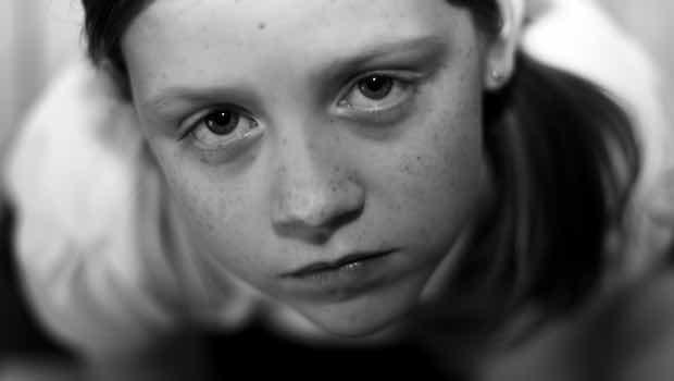 Mädchen Gesicht traurig Blick von unten