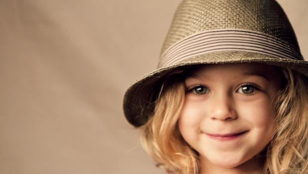 lächelndes Mädchen mit Hut