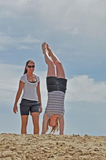 Mädchen macht Handstand