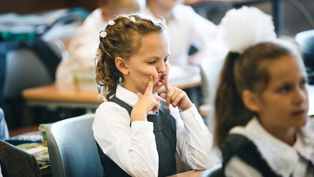Mädchen Schule Grimassen schneiden
