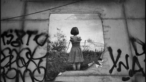 Mädchen Selbstumarmung Bild Mauer Tags