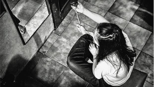 Mädchen sitzt vor Spiegel Selfie Perspektive von oben