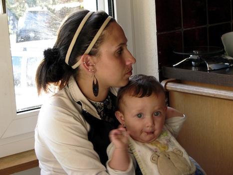 Mutter mit Kind auf Schoß