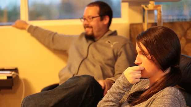 Mann Frau sitzen zuhören Selbsthilfegruppe