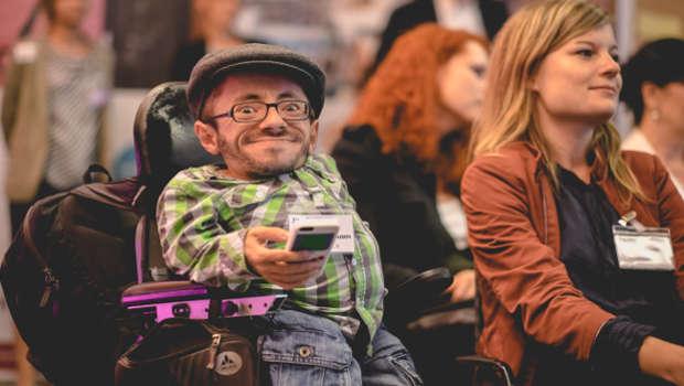 Mann im Rollstuhl und Frau