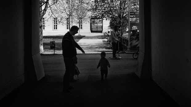 Mann Kind reicht Hand Hauseingang