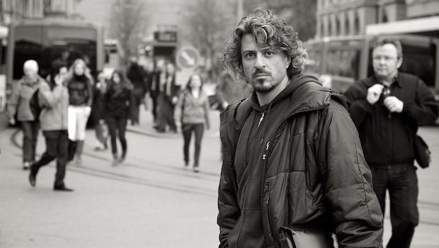 Mann mit Locken Blick in Kamera Straße