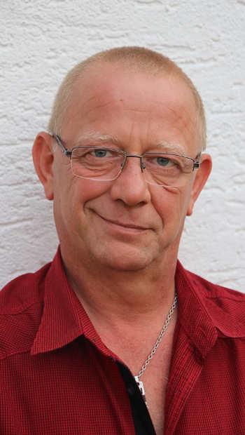 Mann Portrait rotes Hemd