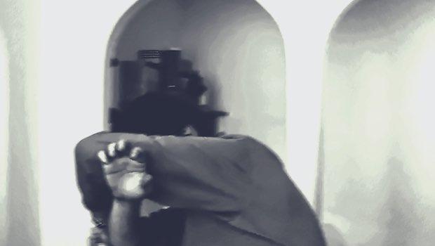 Mann schuetzt Gesicht Rundboegen