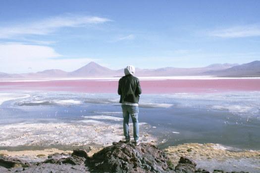 Mann mit Kapuze vor Andenpanorama