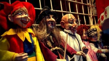 Marionetten in der Reihe