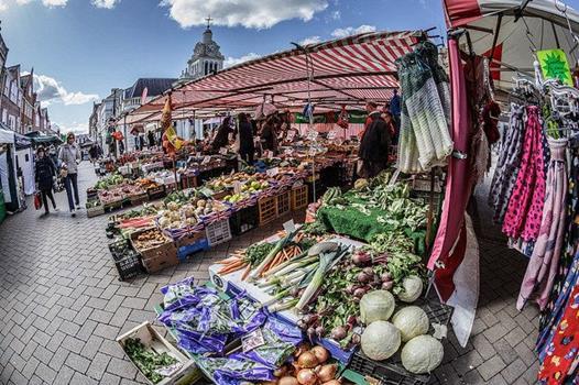 Marktplatz vor Kirche