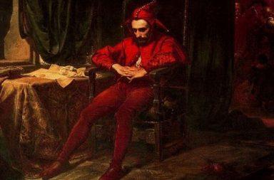Roter Hofnarr auf Stuhl