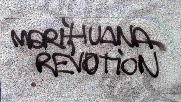 Mauer mit Schrift Marihuana Revolution