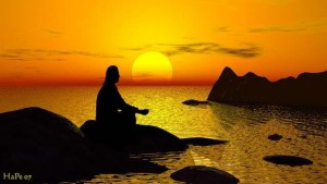 Mann meditiert vor Sonnenuntergang