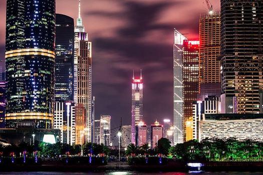 Hochhäuser vor violettem Nachthimmel