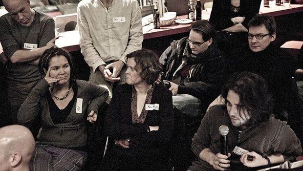 Gruppe junger Leute diskutiert, Mann mit Mikro