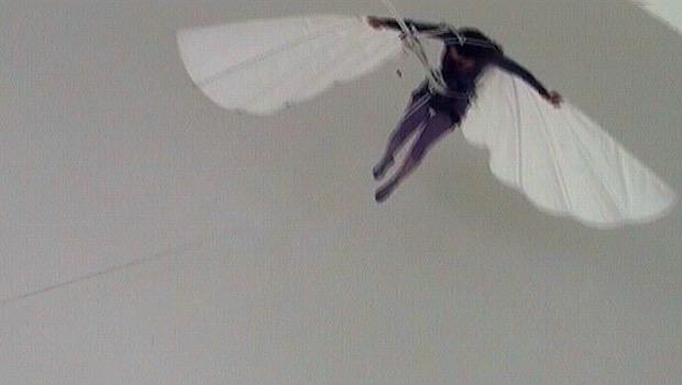 Menschen mit selbstgebastelten Flügeln