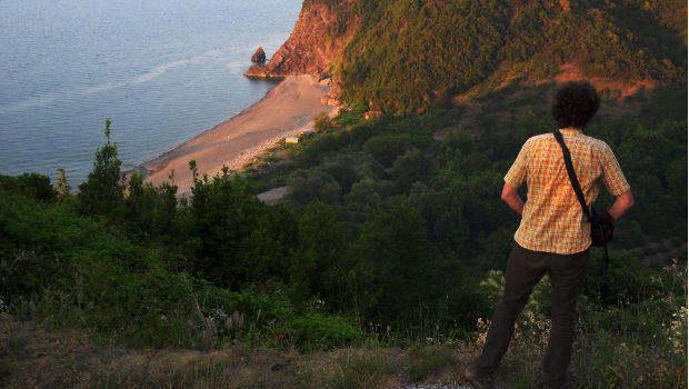 Mensch auf Klippe am Strand