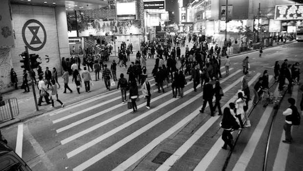 Menschen auf dem Fußgängerüberweg