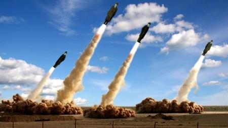 Vier Menschen als Raketen