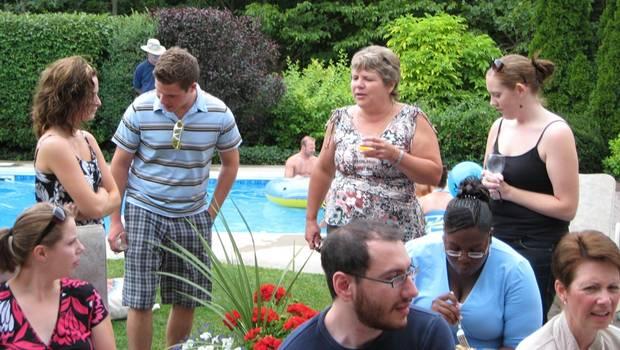 Menschen im Garten vor Pool
