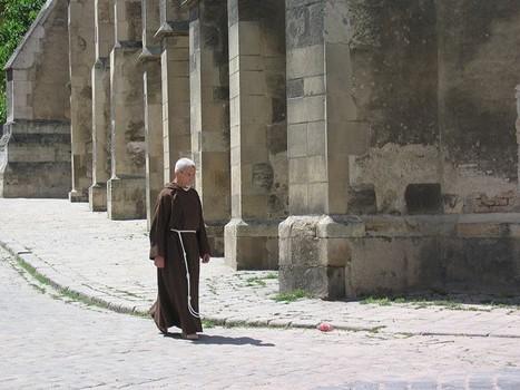 Mönch auf Straße vor Gebäude