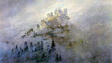 Tannen und Berg im Nebel