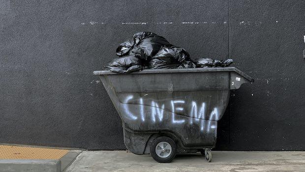 Muelltonne vor grauer Wand Cinema