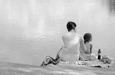 Mutter mit Tochter am See