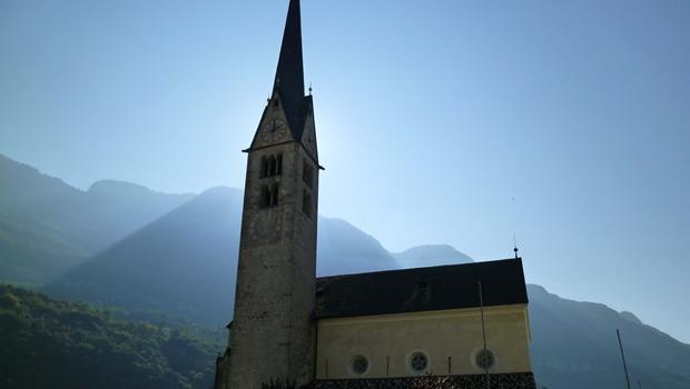 Kirche vor Sonnenlicht