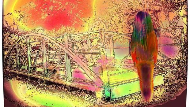 Mädchen vor Brücke