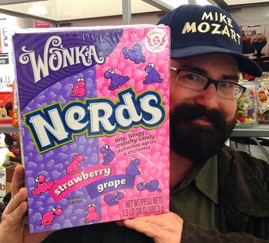 Mike Mozart mit pinker Packung