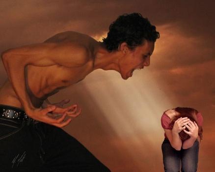 Mann mit näckten Oberkörper brüllt auf Frau ein, die sich duckt