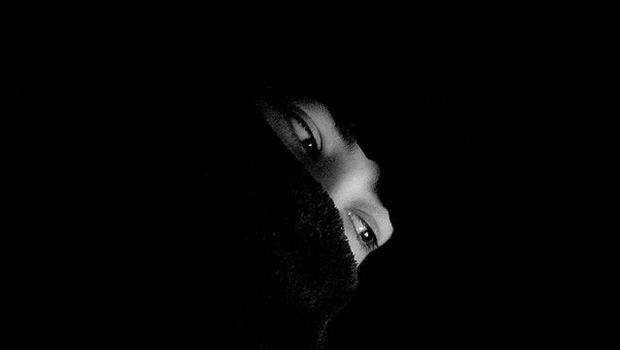 Augen hinter Maske