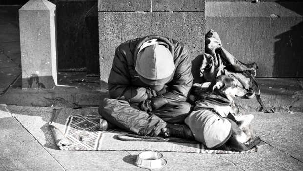 obdachloser Mann mit Hund