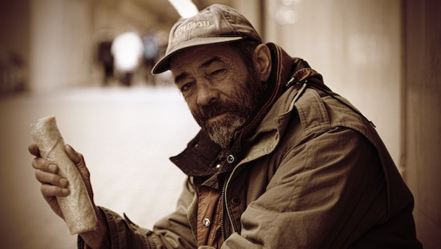 Obdachloser Mann mit Basecap