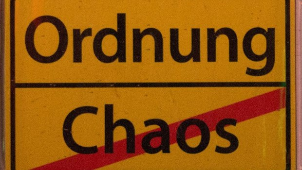 Ordnung und Chaos als Ortsschild dargestellt