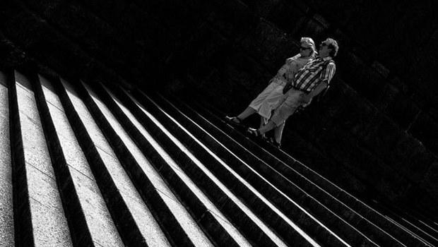 Paar geht Treppenstufen hinab, schwarzweiß