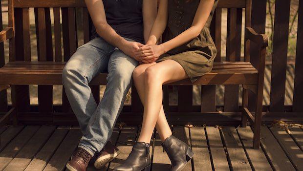 Paar Bank Beine Haende halten