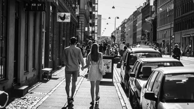 Rückansicht eines Paares auf der Straße, Hände haltend