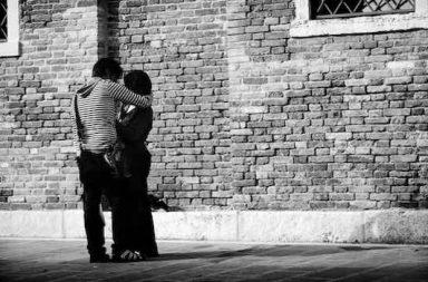 Paar in Umarmung Steinmauer Ringelshirt